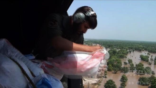 動画:大洪水のパキスタンにヘリから救援物資