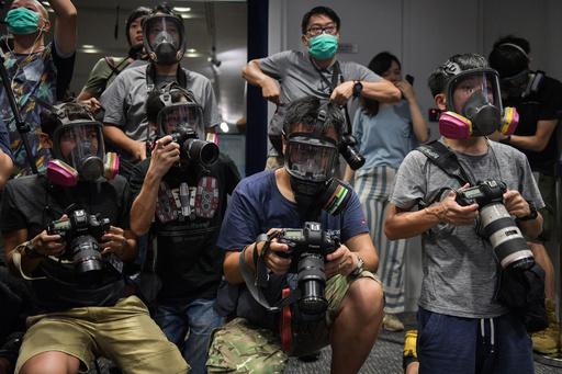 【今日の1枚】抗議の覆面カメラマン