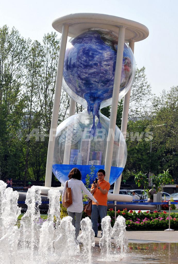ソウルに巨大な砂時計、地球温暖化を警告