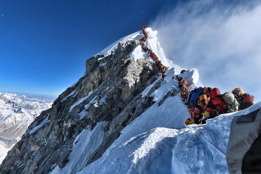 頂上にこの行列… エベレストでさらに4人死亡、混み合う「死のゾーン」