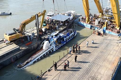 ハンガリー遊覧船沈没、船体の引き揚げ作業開始