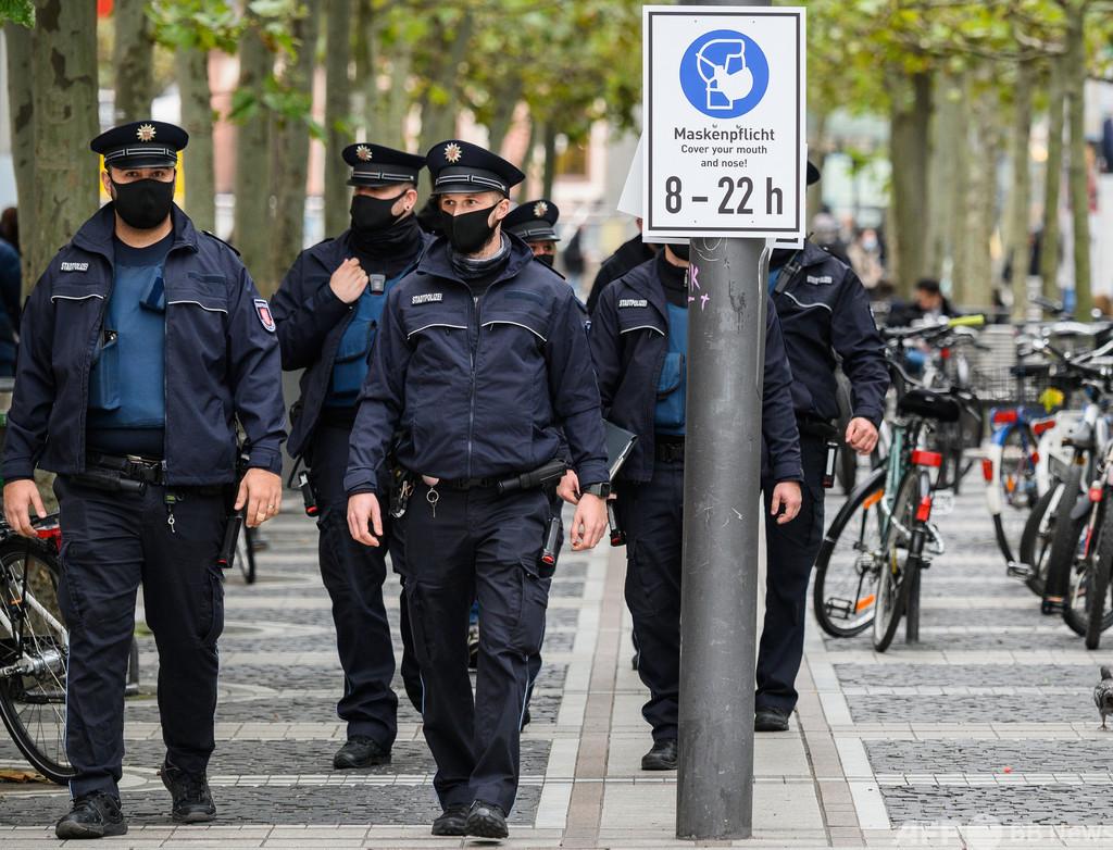 約800人が警察署襲撃、卵や瓶投げ付ける 独フランクフルト