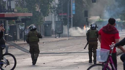 動画:チリの情勢不安止まらず、デモ隊と治安部隊が2日連続で衝突 首都に外出禁止令