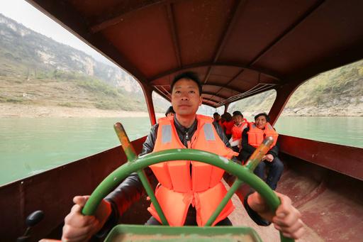 出稼ぎに行く村民送り続ける渓谷の船頭さん 貴州・黔西
