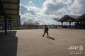 閑散とした米ニューヨークのフラッシングメドウズ・コロナパークを歩く人(2020年4月8日撮影)。(c)Bryan R. Smith / AFP