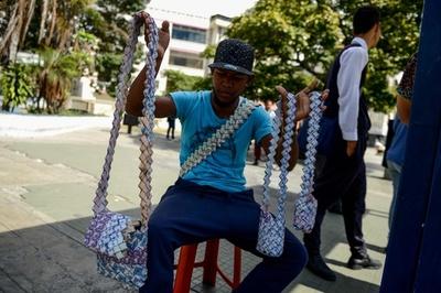 紙幣で手作りバッグ、通貨価値低下のベネズエラ