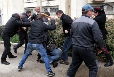 親ロシア集団がデモ隊に暴行、クリミア