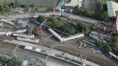 動画:台湾列車事故「横転前に急加速、車体激しく揺れた」 現場の空撮