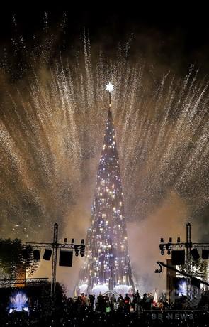 クリスマスツリーの点灯式、盛大な花火でお祝い レバノン