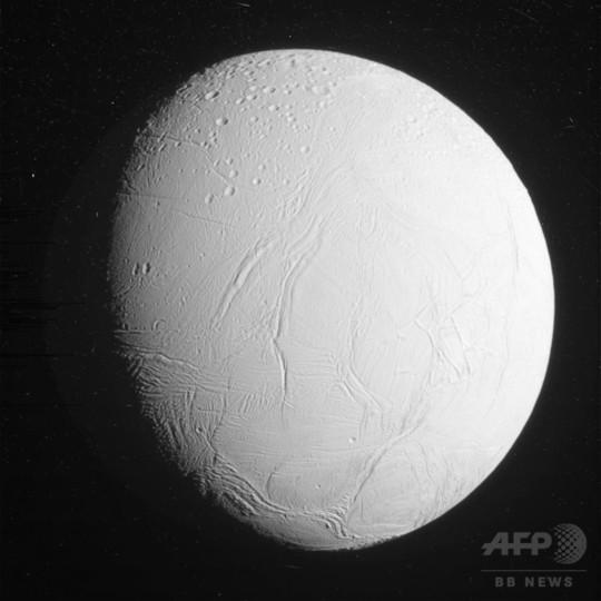 土星の衛星エンケラドス、メタン菌生息の可能性 研究