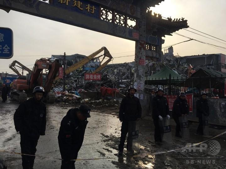 19人死亡の北京下宿火災、当局が近隣の建物を強制撤去