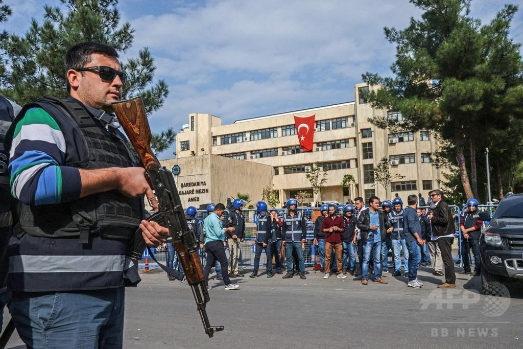 トルコ、新たに政府職員1万人余を粛清 メディア閉鎖や大学介入も