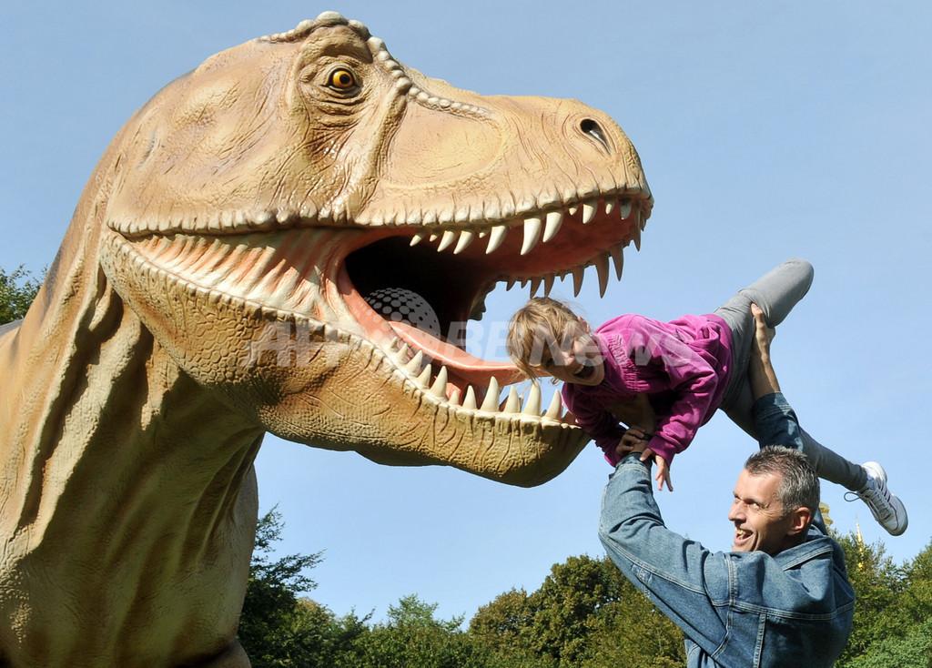 食べられちゃう! ウクライナでリアルな恐竜展