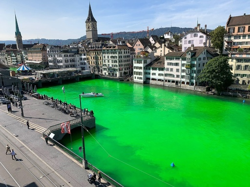 チューリヒ流れる川が蛍光グリーンに、「絶滅への反逆」が生態系崩壊の危機に抗議