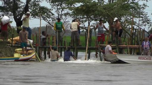 動画:エクアドルで豪雨による洪水、3万人以上が浸水被害