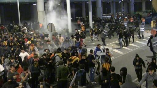 動画:カタルーニャ独立派幹部に長期禁錮刑 バルセロナで抗議デモ