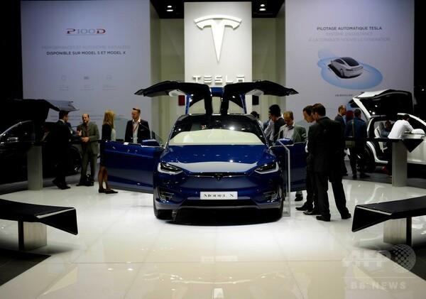 米テスラ、全車両に完全自動運転向けハードウエア搭載へ