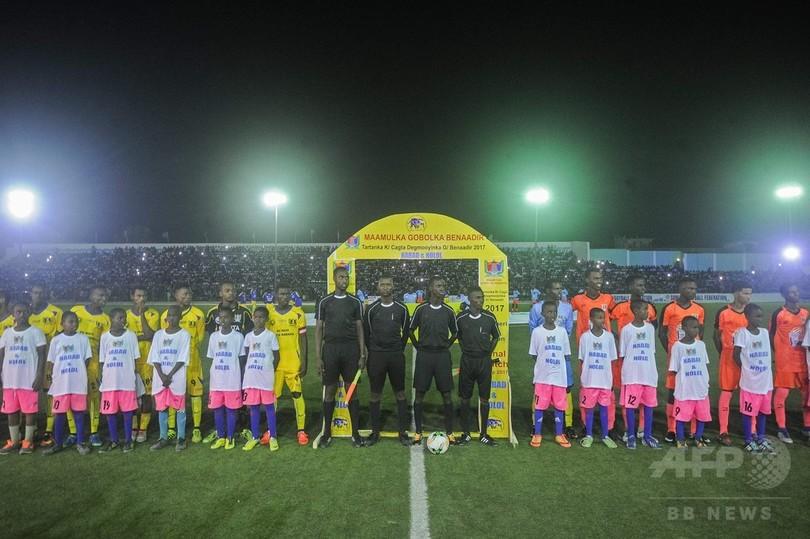 ソマリア首都、約30年ぶりにサッカーの夜間試合 「歴史的な一夜」
