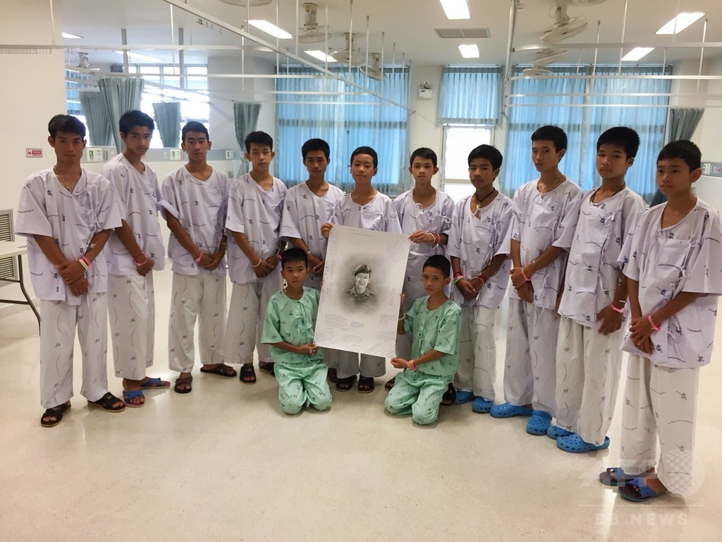 タイ洞窟の少年ら、救出作業中のダイバーの死を知らされ涙