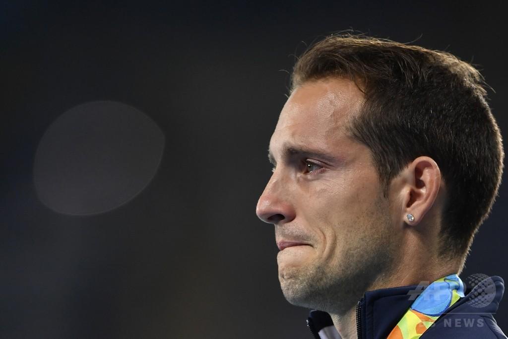 棒高跳び銀のラビレニ、表彰式でもブーイングされ涙
