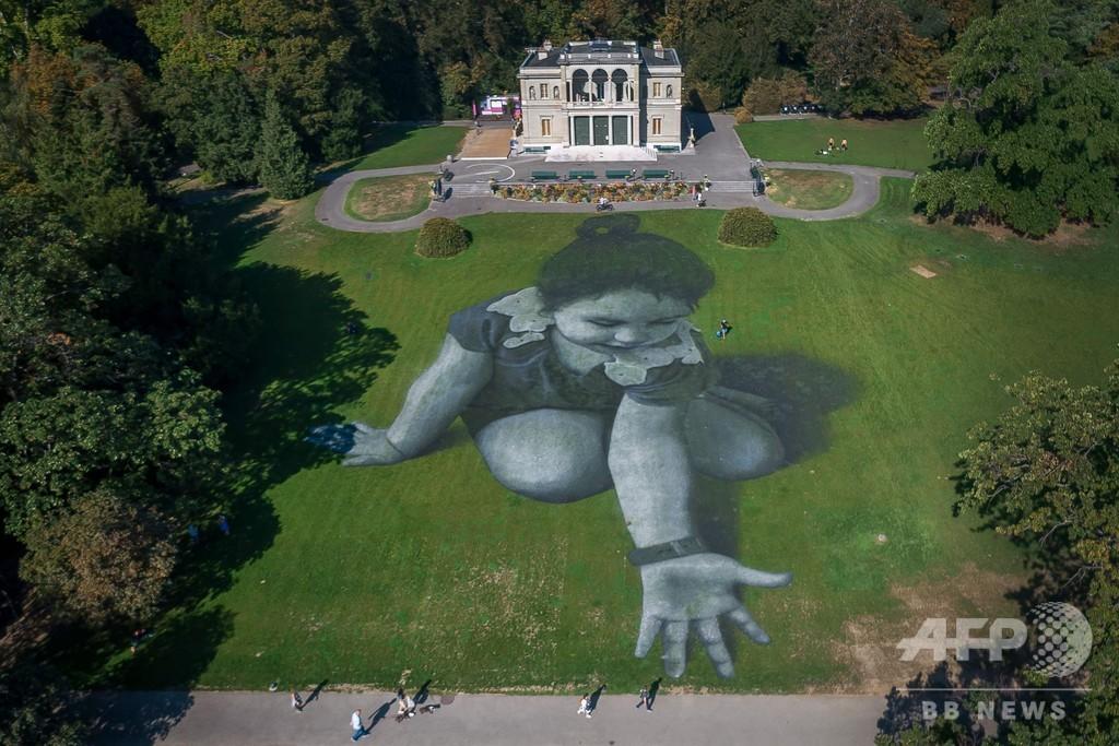 レマン湖畔に難民支援の巨大アート、仏アーティスト
