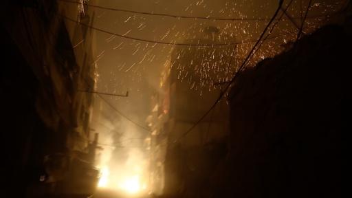 動画:東グータ空爆で町に火の手、焼夷兵器使用か