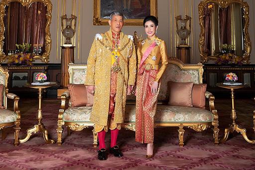 タイ国王、「不実」な34歳の配偶者のあらゆる称号を剥奪
