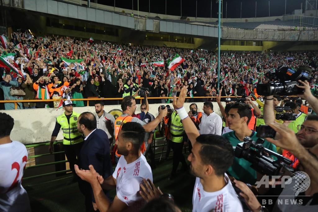 イラン女性が40年ぶりサッカー生観戦、14発の圧勝劇を楽しむ
