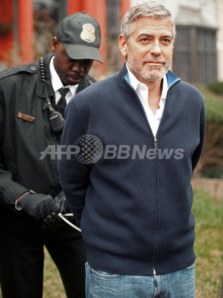 ジョージ・クルーニー、スーダン大使館前のデモで身柄拘束