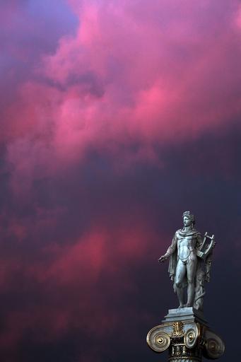 夕暮れのアポロ神像