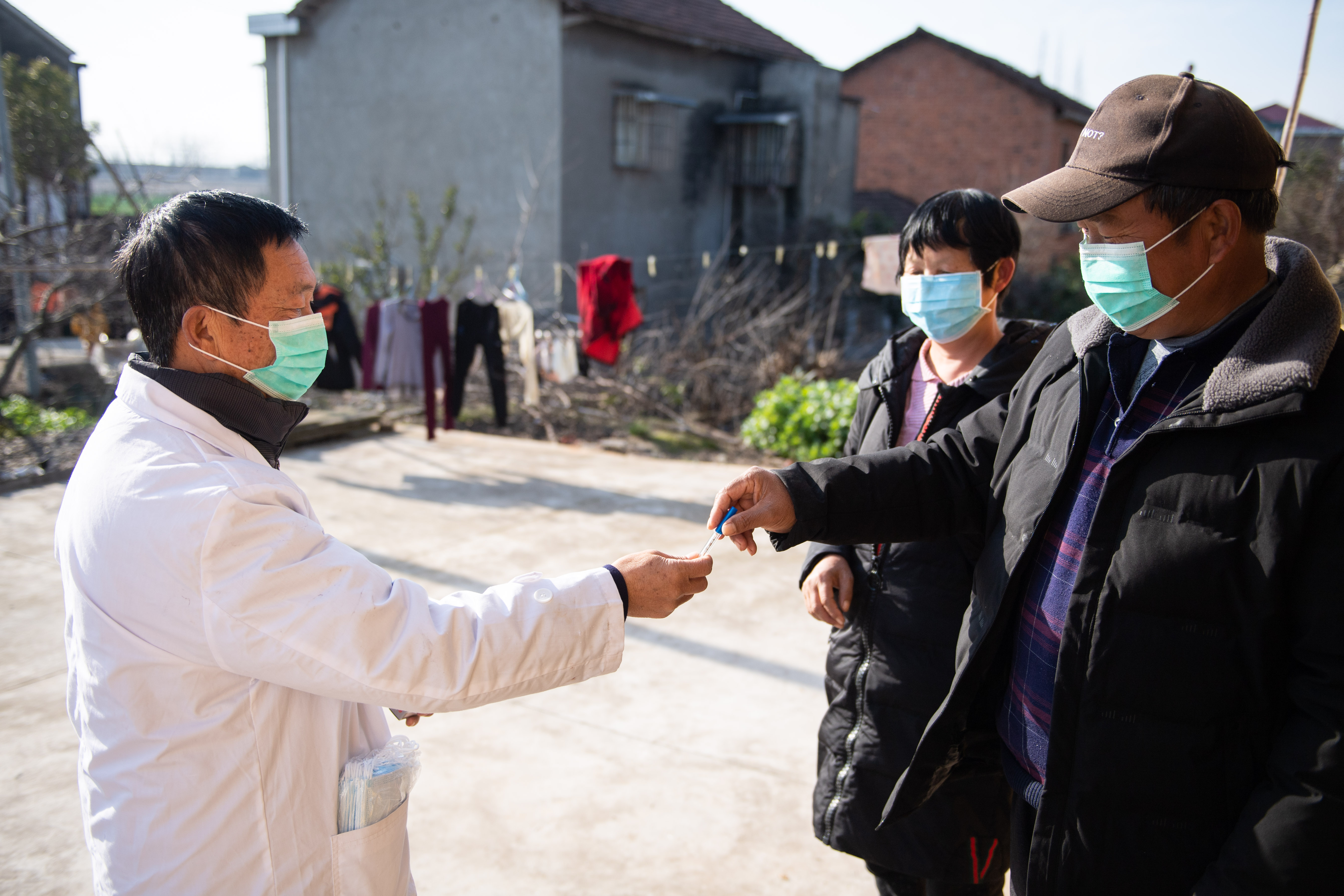 感染対策に奔走する村のベテラン医師、中国・湖北省との境の地区