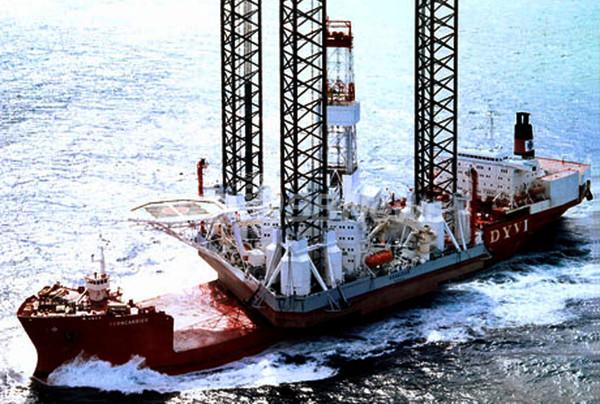 サハリン沖で海底油田施設が沈没、死者・不明者50人超