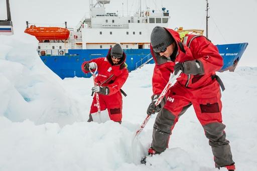南極海で立ち往生のロシア船、氷に囲まれて年越し