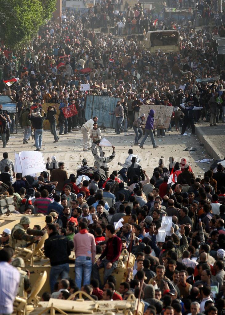 デモ隊と大統領派の衝突、秘密警察関与の情報も エジプト