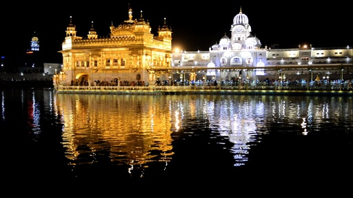 動画:ライトアップされた黄金寺院でシーク教徒の春祭り インド