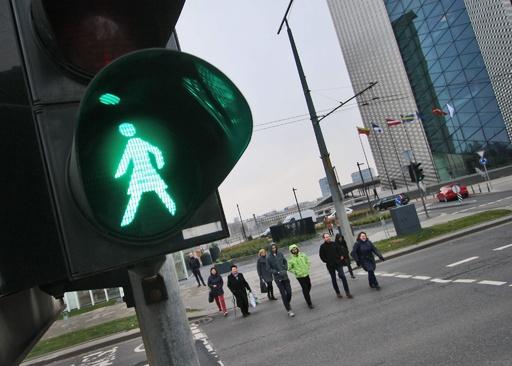 信号機に女性の人型が点灯 リトアニア、女性参政権導入100年記念