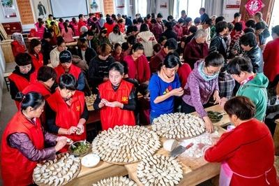 河南省で千人餃子の宴 中国の敬老の日、高齢者にふるまう