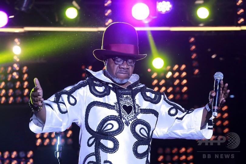 「コンゴルンバの王」パパ・ウェンバ氏、公演中に倒れ急死