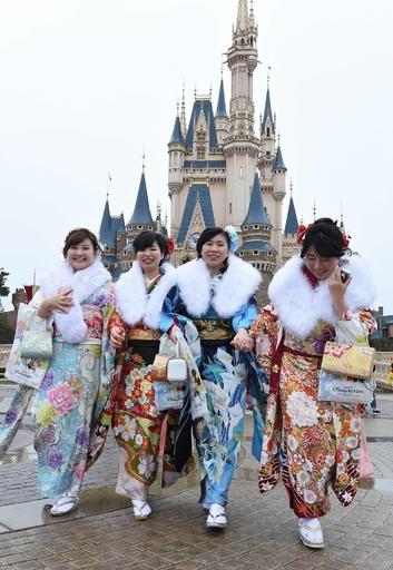 ディズニーランドで成人式、ミッキーらが祝福 千葉県浦安市