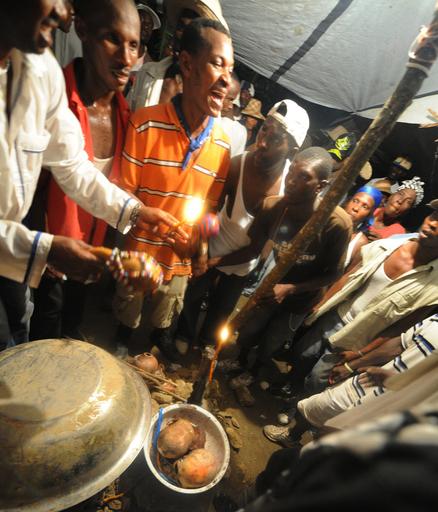 ハイチ大地震から半年、ブードゥー教の行事で祈る人びと