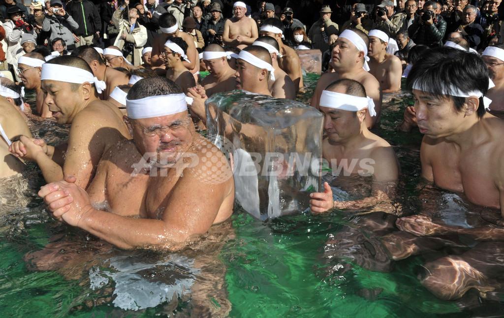氷柱の入った水槽で無病息災を祈願、都内神社の寒中水浴大会