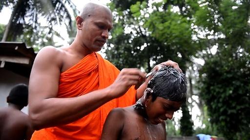 動画:頭丸める見習い僧たち、スリランカの村で出家の儀式