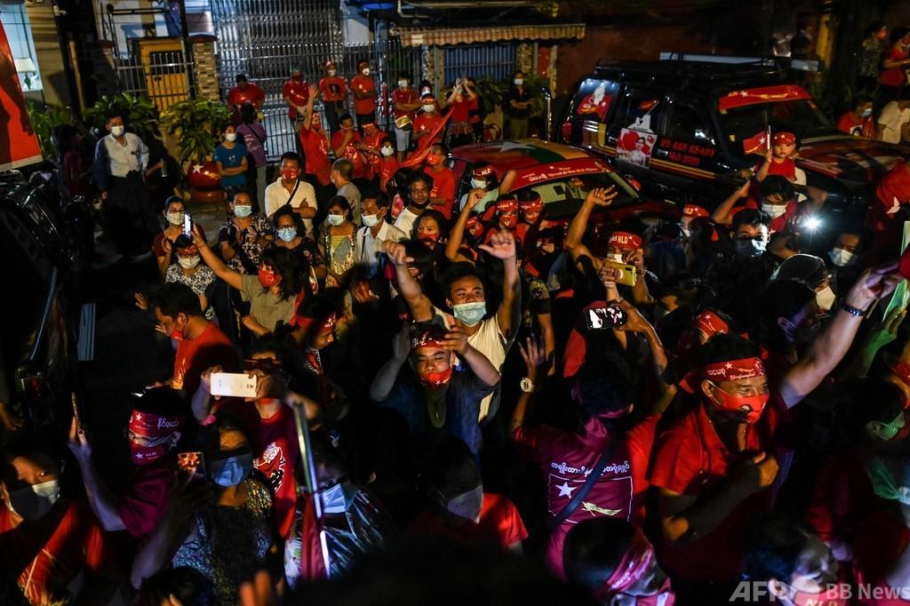 ミャンマー総選挙、スー・チー氏与党が単独過半数