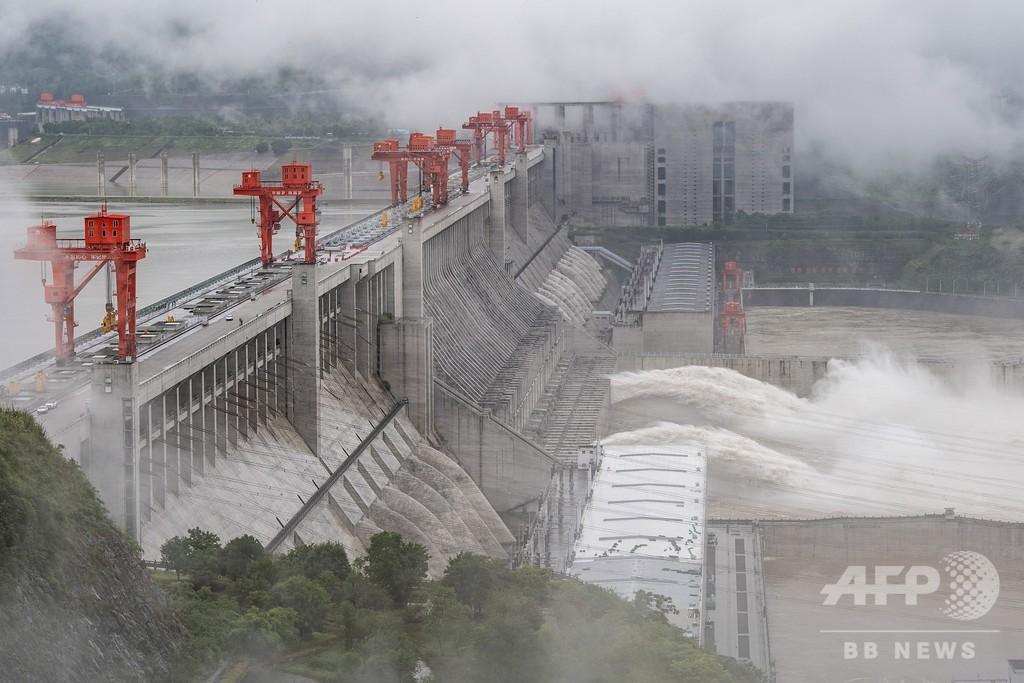 長江の三峡ダム、氾濫期に備え放流 中国