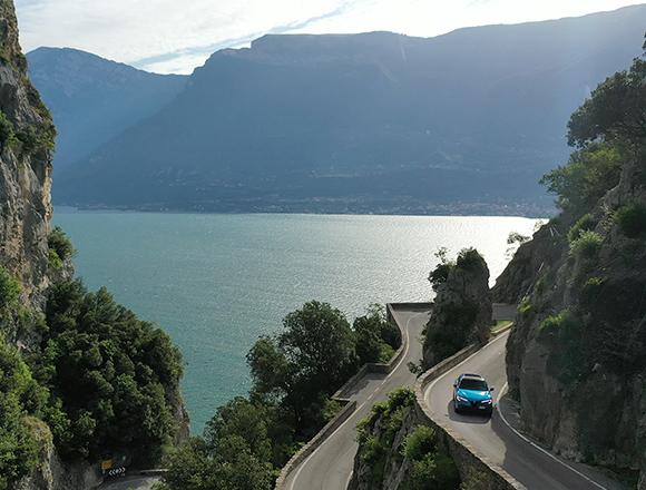 ガルダ湖から崖の上の街へ、岩のトンネルを走る!/イタリア絶景ドライブ [走行動画つき]