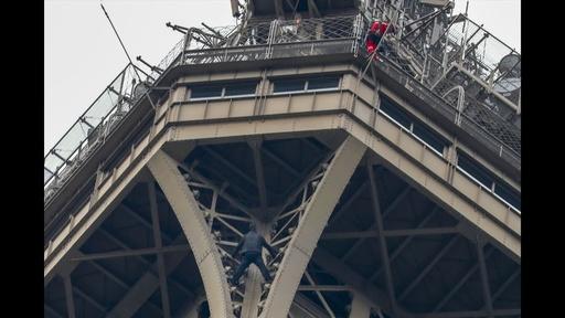 動画:エッフェル塔に男がよじ登る、ロシア人か 自殺傾向示し精神科に入院