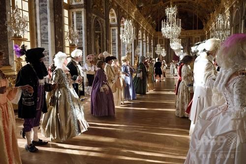 17世紀の衣装に身を包みヴェルサイユ宮殿に集う人たち