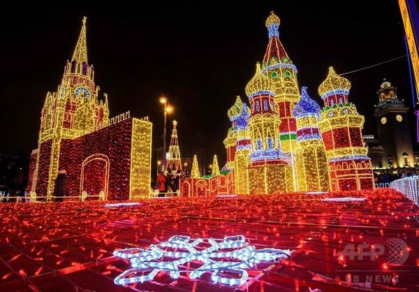 モスクワにイルミネーションの彩り 大統領府や星のトンネルも