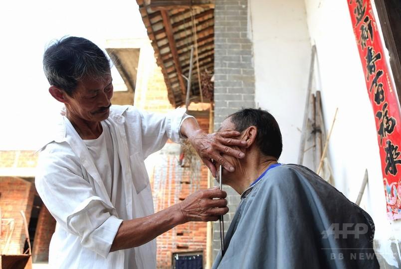 ハサミ片手に村へ通い50年 中国の出張理髪師
