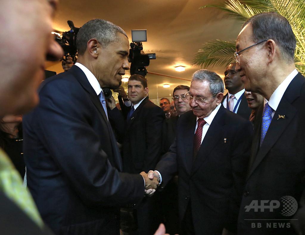 米・キューバ首脳、米州首脳会議で握手